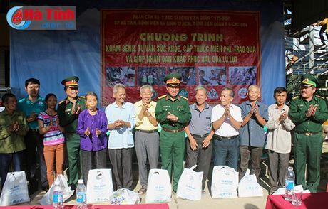 Kham benh, cap thuoc mien phi, tang qua cho dong bao vung lu - Anh 1