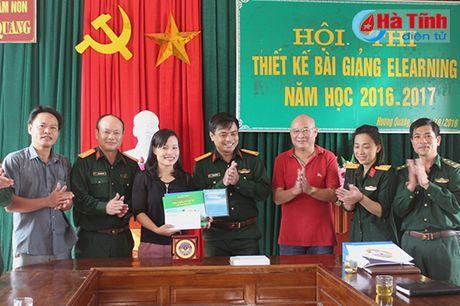Kham benh, cap thuoc mien phi, tang qua cho dong bao vung lu - Anh 2