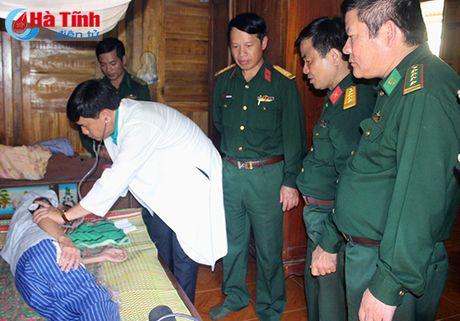 Kham benh, cap thuoc mien phi, tang qua cho dong bao vung lu - Anh 4
