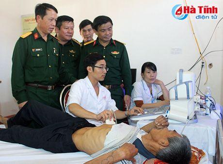 Kham benh, cap thuoc mien phi, tang qua cho dong bao vung lu - Anh 5