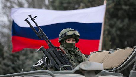 Bat giu 2 quan nhan o Crimea, Ukraine bi Nga to 'khieu khich' - Anh 1