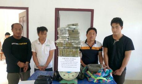 Bat 'nong' duong day ban 69 banh heroin trong can nha hoang - Anh 1