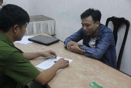 Bat khan cap doi tuong cuop giat iPhone 6s cua du khach tren deo Hai Van - Anh 1