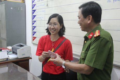 Bat khan cap doi tuong cuop giat iPhone 6s cua du khach tren deo Hai Van - Anh 2