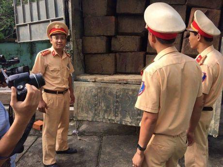 Thua Thien - Hue: Xe tai cho luong go lon khong ro nguon goc bi bat giu - Anh 2