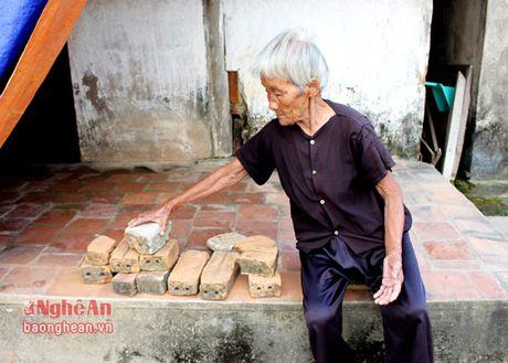 Xot thuong cu ba gan 90 tuoi, nuoi con trai bi tam than - Anh 1