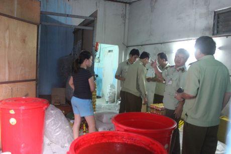 Hang nghin chai phu gia duoc lam bang hoa chat khong ro nguon goc - Anh 1