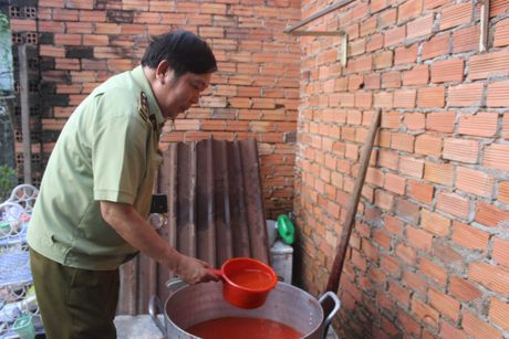 Hang nghin chai phu gia duoc lam bang hoa chat khong ro nguon goc - Anh 7