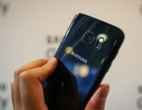 Galaxy S7 sap co mau den bong giong iPhone 7 - Anh 1