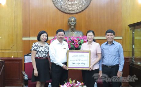 BAN TIN MAT TRAN: Cong doan NN&PTNT ung ho dong bao mien Trung - Anh 1
