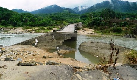 Vu 'Cay cau khong sat': Tong doi TNXP tra loi chua thoa dang - Anh 1