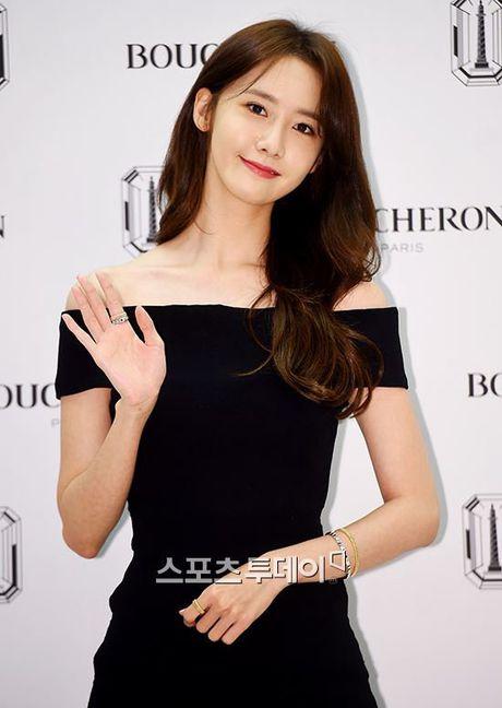 Yoona (SNSD) thay doi trang phuc khi du su kien - Anh 2