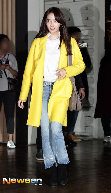 Yoona (SNSD) thay doi trang phuc khi du su kien - Anh 4
