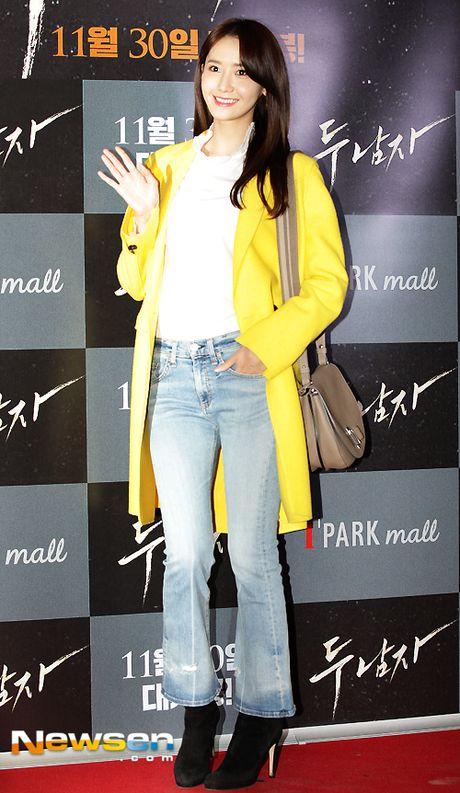 Yoona (SNSD) thay doi trang phuc khi du su kien - Anh 5
