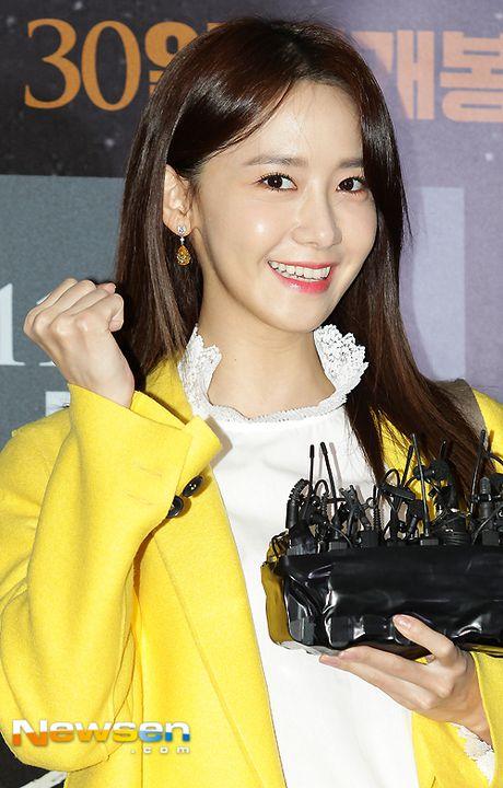 Yoona (SNSD) thay doi trang phuc khi du su kien - Anh 6