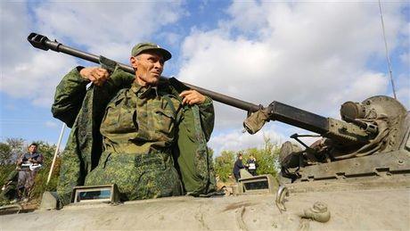 Nga cao buoc Ukraine bat giu binh si o Crimea - Anh 1