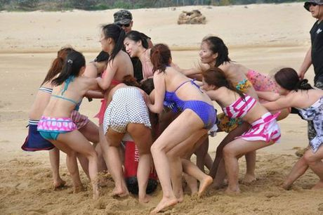Nu ve si TQ dien bikini tap luyen 'kho sai' trong gia ret - Anh 10