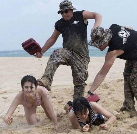 Nu ve si TQ dien bikini tap luyen 'kho sai' trong gia ret - Anh 14