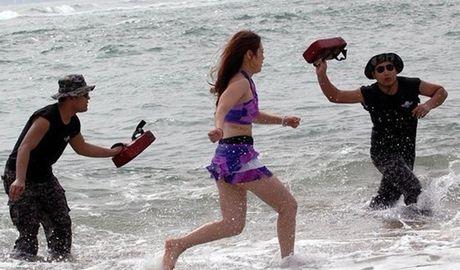 Nu ve si TQ dien bikini tap luyen 'kho sai' trong gia ret - Anh 4
