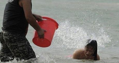 Nu ve si TQ dien bikini tap luyen 'kho sai' trong gia ret - Anh 5