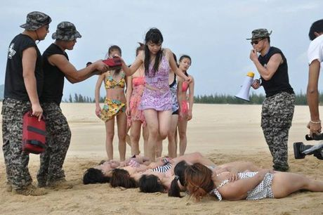Nu ve si TQ dien bikini tap luyen 'kho sai' trong gia ret - Anh 7