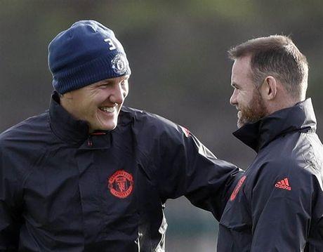 'Ga he' Rooney tro thanh tam diem tren san tap cua Man Utd - Anh 2