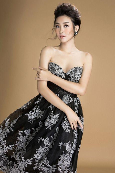 Hoa hau Do My Linh khoe vai tran goi cam voi vay den - Anh 2