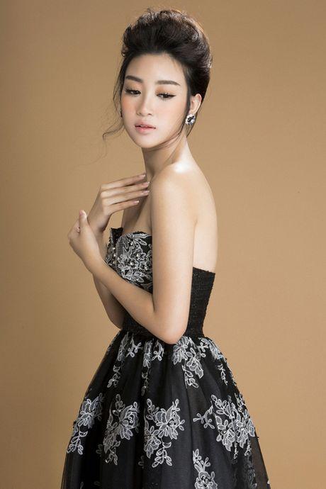 Hoa hau Do My Linh khoe vai tran goi cam voi vay den - Anh 3
