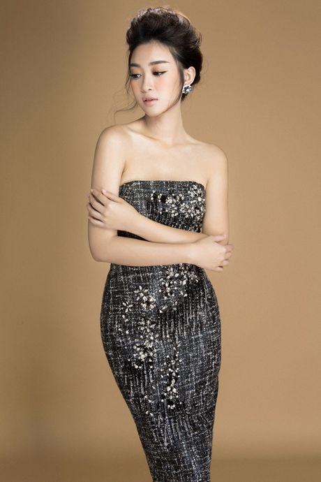 Hoa hau Do My Linh khoe vai tran goi cam voi vay den - Anh 4