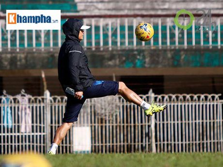 Tin nong AFF Cup 23/11: Xuan Truong 'tron mat' xem thay Thang, HLV Riedl lo lang - Anh 1