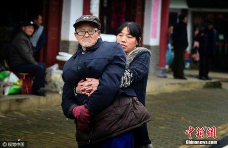 Cam phuc tam long nguoi con gai hieu thao danh cho cha gia bi bai liet - Anh 4