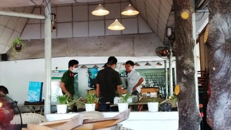 Phat hien trom dot nhap, nhan vien quan cafe bi dam trong thuong - Anh 2