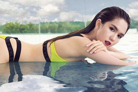 Ao tam cua Ngoc Trinh duoc Hoa Minzy mac ra duong - Anh 3
