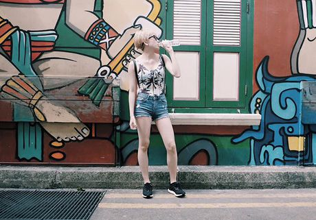 Ao tam cua Ngoc Trinh duoc Hoa Minzy mac ra duong - Anh 7
