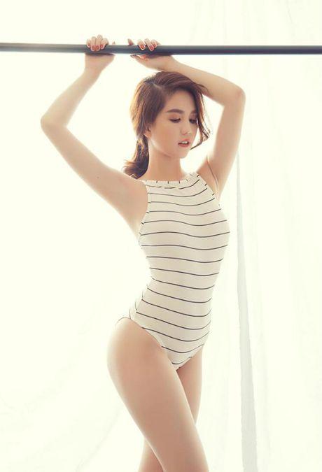 Ao tam cua Ngoc Trinh duoc Hoa Minzy mac ra duong - Anh 8