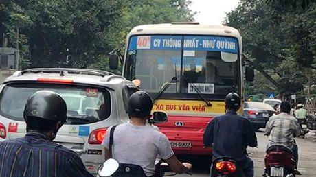 Lan lan tren pho, 'hung than' xe buyt bi Santafe day lui hang chuc met - Anh 1
