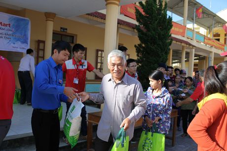LOTTE Mart trao 600 phan qua cuu tro cho dong bao 2 tinh Ha Tinh, Quang Binh - Anh 1