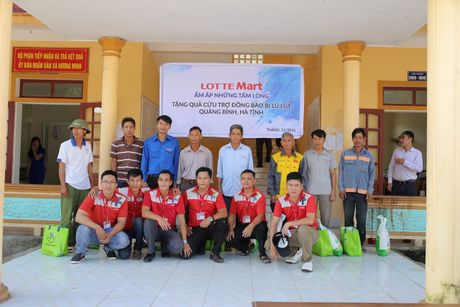 LOTTE Mart trao 600 phan qua cuu tro cho dong bao 2 tinh Ha Tinh, Quang Binh - Anh 2