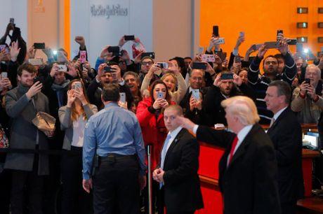 Ong Trump lan dau gap go bao chi sau dac cu - Anh 12