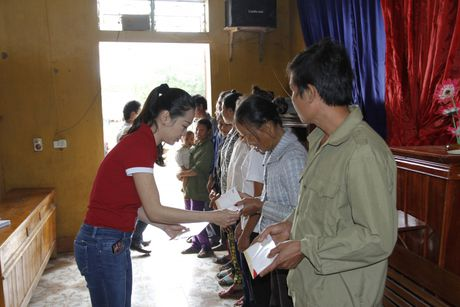 Cong ty Phuc Khang den voi ba con vung lu - Anh 1