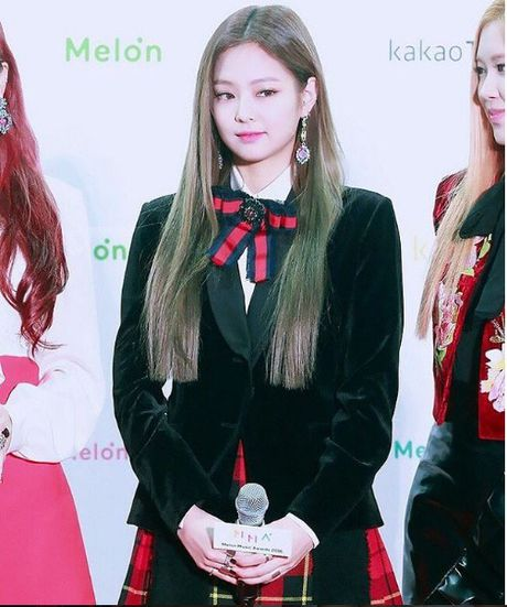 Jennie (Black Pink) cu mac do den la ngau dung hoi - Anh 4