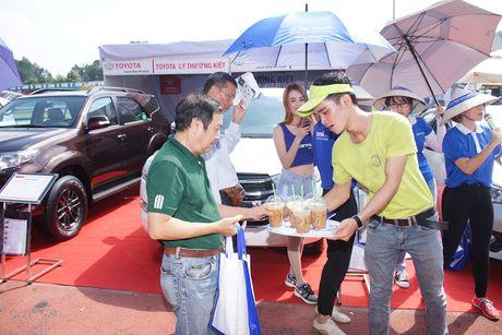 Nguoi Sai Gon ra cho san xe bat chap nang nong - Anh 2