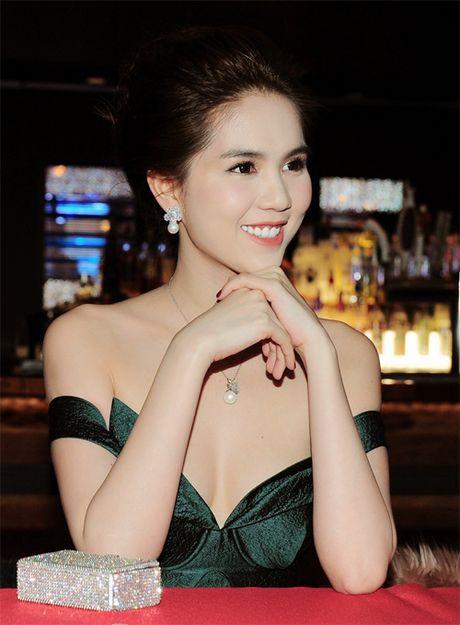 Ngoc Trinh khoe vai tran goi cam trao giai Hoa hau Quy ba Ao dai - Anh 3