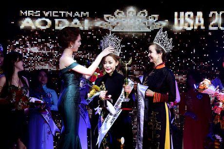 Ngoc Trinh khoe vai tran goi cam trao giai Hoa hau Quy ba Ao dai - Anh 5