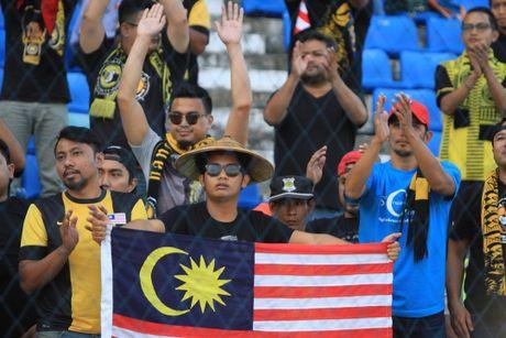 HLV Malaysia 'tang boc' thay tro Huu Thang - Anh 2