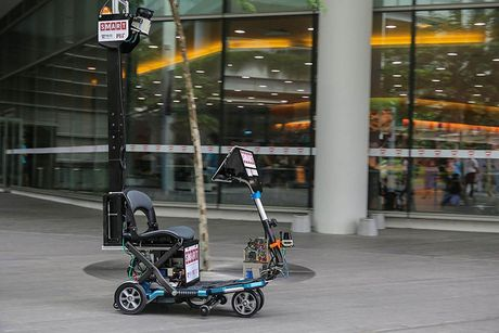 Singapore gioi thieu scooter tu lai: Cho duoc 1 nguoi, chay toi da 6 km/h - Anh 1