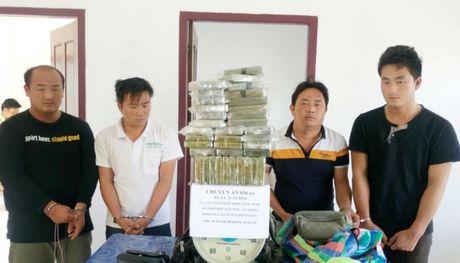 Nghe An: Bat 4 doi tuong van chuyen 69 banh heroin ve Viet Nam - Anh 1
