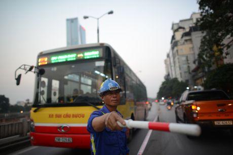 Chan mot chieu duong Kim Ma thi cong Metro - Anh 13