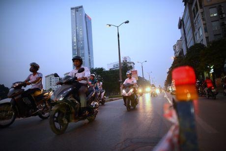Chan mot chieu duong Kim Ma thi cong Metro - Anh 14