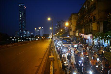 Chan mot chieu duong Kim Ma thi cong Metro - Anh 16